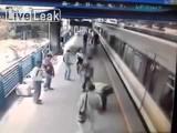 คลิป ชายโคลัมเบียคิดฆ่าตัว กระโดดให้รถไฟทับ-เคราะห์ดี ตำรวจคว้าตัวไว้ทัน!