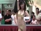 สาวเซ็กซี่ โชว์เต้นกลางห้าง ในจังหวะ Slow