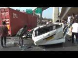 คลิป รถคอนเทนเนอร์ซิ่ง ตู้บรรทุกสินค้าร่วงจากสะพาน ทับรถตู้โดยสาร โชเฟอร์เคราะห์ร้ายตายอนาถ