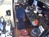 คลิป Oh my god พนักงานร้าน  Pizza Hut  มักง่ายฉี่ใน ซิ้งล้างจานPizza Hut สาขา Kermit, West Virginia