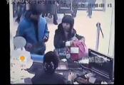 คลิป โจรปล้นธนาคารที่จีน สาวแบงค์หัวเราะเฉย หลังโดนปังตอจ่อหน้า