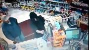 คลิป าจะจี้ร้านสะดวกซื้อเจอหักข้อมือก่อนที่ตำรวจจะมา ทุ่มbody slammed