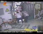 สาวจีนเดินเพลิน ตกช่องระหว่างตึก