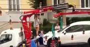 คลิป สาวรัสเซียใจกล้าห้ามตำรวจยกรถด้วยการเต้นระบำเปลื้องผ้า
