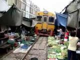 รถไฟวิ่งผ่ากลางตลาดสดโครตหวาดเสียว มีที่นี่ที่เดียวคือเมืองไทย