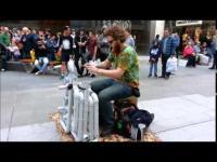 ชายหนุ่มโชว์ฝีมือการเล่นดนตรีด้วยการเคาะพื้นรองเท้าลงบนท่อพีวีซี