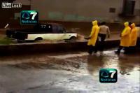 ตำรวจเม็กซิโกฮีโล่ ช่วยเหลือเด็กที่ติดอยู่ในรถขณะที่กระแสน้ำท่วมรุนแรง