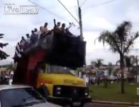 ขึ้นรถมาแห่ประท้วงแต่กลายเป็น ศพเพราะน้ำหนักรถเกิน บราซิล