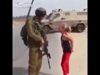 เด็กสาว VS ทหาร สู้ไม่มีถอยจริงๆ