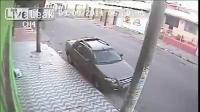 ตำรวจบราซิลโดนหลอกให้ลงจากรถ ก่อนที่คนร้ายจะถอยหลังชนเต็มแรง