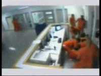 ผู้คุมโดนนักโทษทำร้าย แต่มีนักโทษอีกกลุ่มเข้ามาช่วย