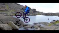 นักปั่นจักรยานวิบากหนุ่มชาวสกอต ผู้ใช้เทคนิคอันแพรวพราวพิชิตเทือกเขาคุยลินอันสูง