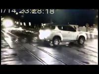 คลิปวินาทีเฉียดตาย แหกที่กันรางรถไฟ รถไฟเกือบชน