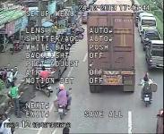 เด็กไทยชะตาขาดพกกีต้าจะไปโรงเรียน เกี่ยวรถอีกคันตัวเข้าไปอยู่ใต้รถพ่วง