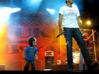 เมื่อคุณพ่อนักดนตรีพาลูกขึ้นเวทีคอนเสิร์ตด้วย ลูกก็มีแววแต่เด็กเลย