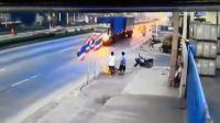 อุบัติเหตุสยอง จยย.พุ่งชนรถบรรทุกหักเลี้ยวเข้าซอย