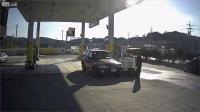 CCTV รถชน และ สไลด์ ผ่าน ปั๊มแก๊ช ไปอย่าง หวุดหวิด