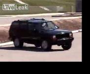 ฝึก ดริฟต์ รถ Jeep ในลานจอดรถ