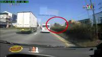 เรื่องเล่าเช้านี้ - รถพ่วงชนเสาไฟล้มขวางถนน รถตู้ตามมาชนซ้ำ ตาย 1 เจ็บ 3