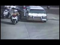 คลิปวินาทีเจ้าที่ตำรวจ ตะครุบโจรกระชากสร้อย กลางแยก หลังก่อเหตุมานับไม่ถ้วน