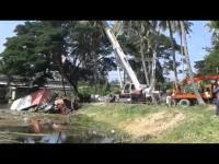 คลิปกู้รถขนส่ง ไปรษณีย์ ตกสะพานข้ามแม่น้ำกุยบุรี อำเภอกุยบุรี