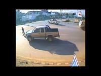 คลิปอุบัติเหตุ ตกรถ จักรยานยนต์ เกือบโดนรถที่วิ่งมาเหยียบซ้ำ