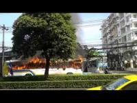 คลิป ภาพเหตุการณ์ชัดๆ ไฟไหม้รถเมล์ ปากซอยลาดพร้าว85