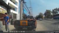คลิป  วินาที รถบัสโดยสารชนเสาไฟฟ้า