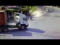 คลิปอุบัติเหตุ คอนเทนเนอร์ 18 ล้อ ชน รถจักรยานยนต์ ศรีราชา ชลบุรี