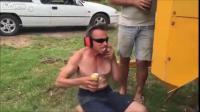 พยายามจะดื่มเบียร์สู้กับแรงลมของเครื่องอัดอากาศ