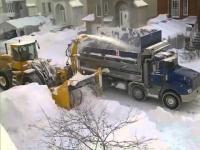 วิธีเคลียร์ทางเมื่อหิมะเต็มถนน งานนี้ต้องใช้รถบรรทุกหลายคันเลย