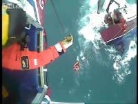 เฮลิคอปเตอร์กู้ภัยชายฝั่งช่วยเหลือลูกเรือซึ่งกำลัง ล่ม
