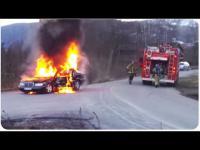 นักดับเพลิงเจองานหนัก เมื่อต้องมาดับไฟรถที่กำลังไฟลุก แถมใหลลงเนินอีก