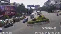 คลิป อุบัติเหตุสยอง รถยนต์ถูกชนอัดก๊อปปี้เละทั้งคัน