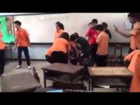 สังคมสุดเสื่อม!! เด็กนักเรียน ม.5 รุมตบ ม.4 คาห้องเรียน