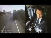 โชเฟอร์รถบัสเล่นมือถือก่อนขับรถชน อุบัติเหตุจากความประมาท !