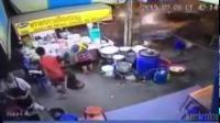 อุบัติเหตุนาทีรถพุ่งชนร้านอาหารที่ชลบุรี ดีนะที่มีเสาไฟฟ้าช่วยกันไว้
