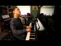 เด็กชายคนนี้ตาบอด แต่ฝีมือเปียโนของเขาจะทำให้คุณอ้าปากค้าง