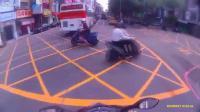 อุบัติเหตุ มอไซค์ปาดหน้ารถส่งของ ชนเต็มๆ
