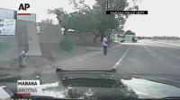 โหดมากตำรวจขับรถพุ่งชนเต็มๆ เลย กระเด็นอย่างกับบินได้