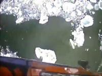 เฮลิคอปเตอร์ช่วยเหลือเรือที่ติดก้อนน้ำแข็ง