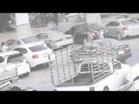 โหดสลัด จอดรถขวาง-ดึงเบรกมือนักใช่ไหม ทุบกระจก-ถอยรถให้ซะเลย