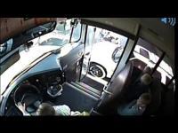 คนขับรถโรงเรียนสุดชุ่ย เกือบทำลูกคนอื่นตายเพราะจอดกลางถนน