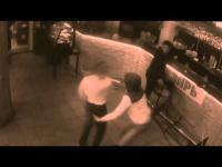 พนักงานสาวเอาเมนูอาหารตีลูกค้าจนล้มคว่ำ หลังถูกลูกค้าลวนลามอย่างน่าเกลียด!