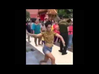 สุดฮา กับลีลาท่าเต้นของเธอทั้งสอง ขบวนแห่นาคจำเป็นต้องหยุด ให้