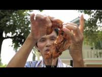 คลิป คุณลุงคนไทยผิวเหล็กดังในรายการเมืองนอก เพราะสามารถในการทอดไก่แต่ใช้มือเปล่าๆ