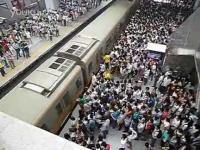 คลิป สภาพความแออัดในสถานีรถไฟฟ้าตอนชั่วโมงเร่งด่วน(ปักกิ่ง)