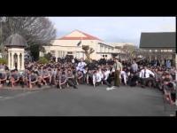 คลิป นักเรียนทำ HAKA ให้แก่ครูผู้จากไป(HAKA คือสิ่งทีมรักบี้นิวซีแลนด์ทำข่มขวัญคู่ต่อสู้ก่อนลงแข่ง)