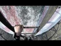 คลิป ดูแล้วเสียวท้องน้อย ไต่บันไดลงจากปล่องควันร้างที่สูงกว่า 300 เมตร