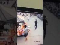 คนเมายาบ้า เดินแกว่งมีดในตลาด การ์ดเรียกมาคุย-โดนแทงสวนสาหัส !!